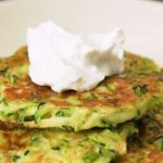 These healthy zucchini fritters are a quick and easy recipe, perfect for summer!…